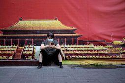 Kona ber andlitsgrímu í Peking. Mynd úr safni.