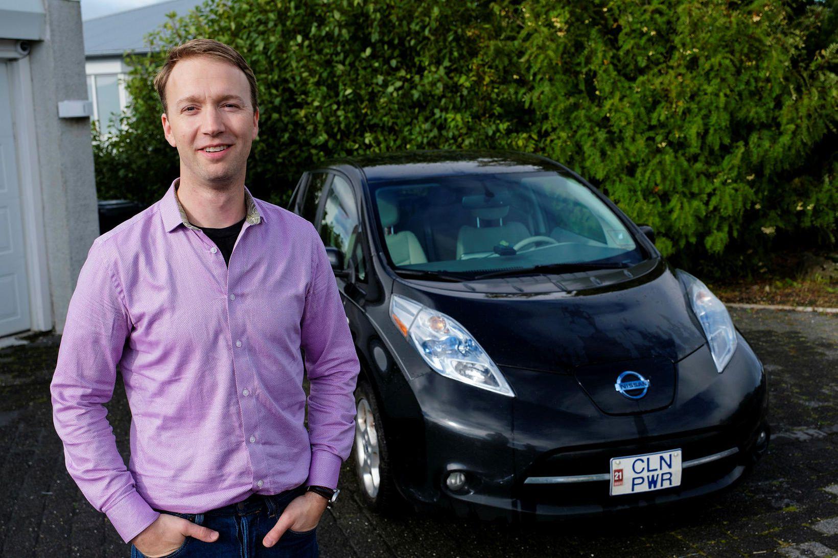 Tómas Kristjánsson við Nissan Leaf rafbíl sinn.