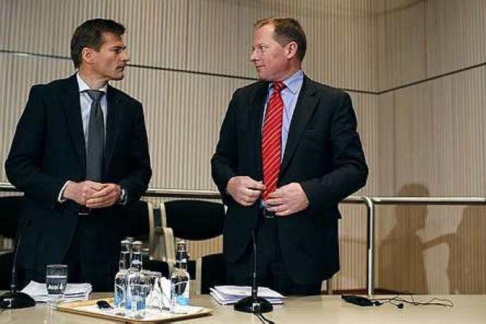 Arnór Sighvatsson, aðstoðarbankastjóri Seðlabankans, og Svein Harald Øygard, seðlabankastjóri, sitja …