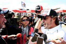 Frenando Alonso ræðir við blaðamenn í Dakar 2020 rallinu, sem fram fór í Saudi-Arabíu í …