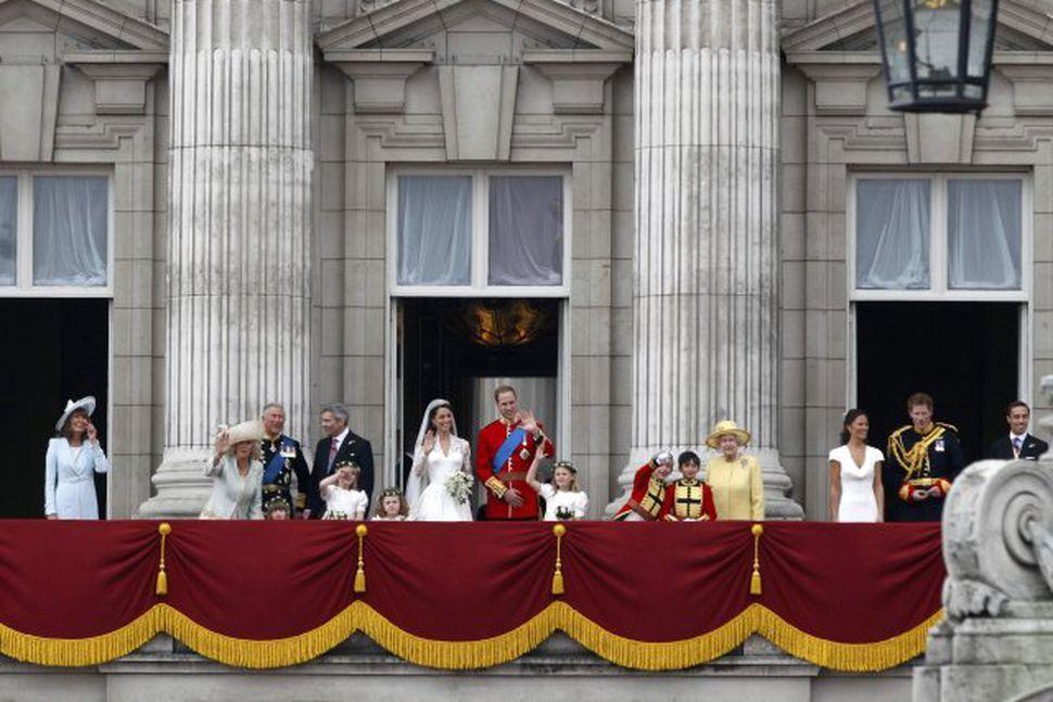 Vilhjálmur prins og Kate Middleton veifa mannfjöldanum af svölum Buckingham-hallar.