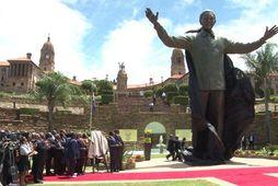 Níu metra stytta af Mandela afhjúpuð