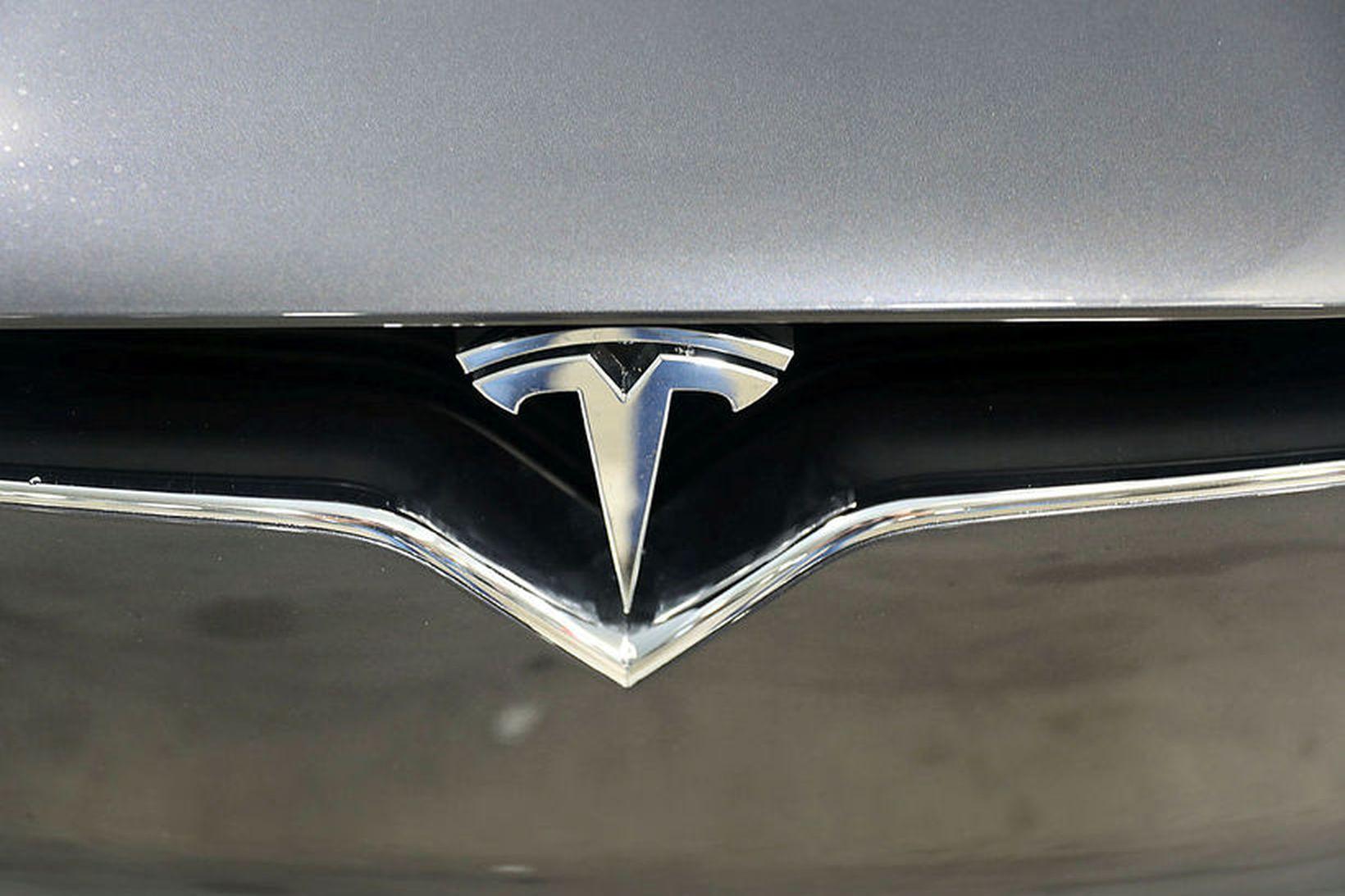 Maðurinn var á Tesla-bifreið með sjálfstýringarbúnaði og steinsvaf við stýrið …