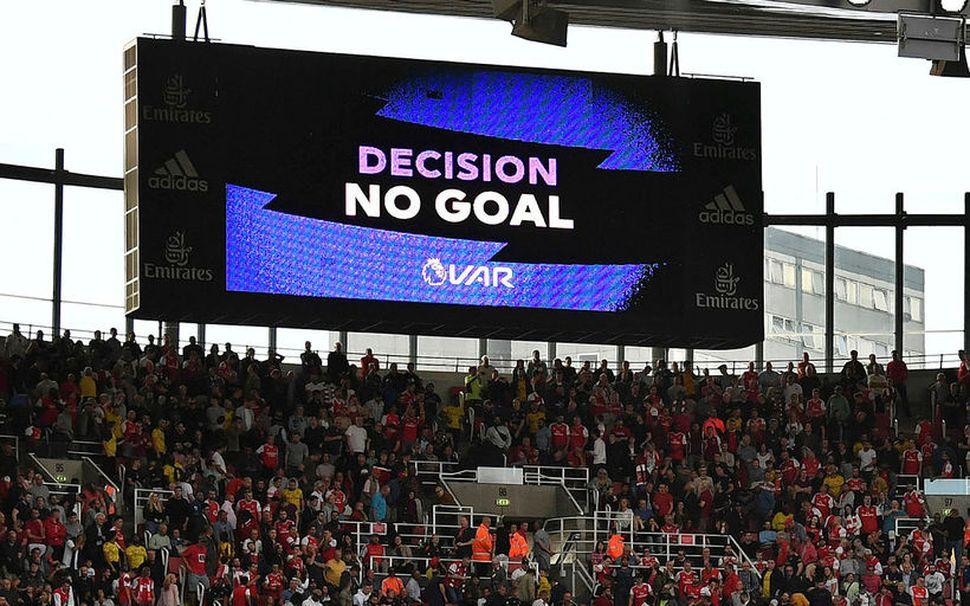 Ákvörðun var sýnd á skjá á Emirates-vellinum í leik Arsenal ...