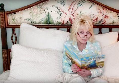 Dolly Parton hefur tekið að sér að lesa barnabækur á Youtube-rás sinni öll fimmtudagskvöld til að auðvelda börnum að takast á við áhrif kórónuveirunnar.