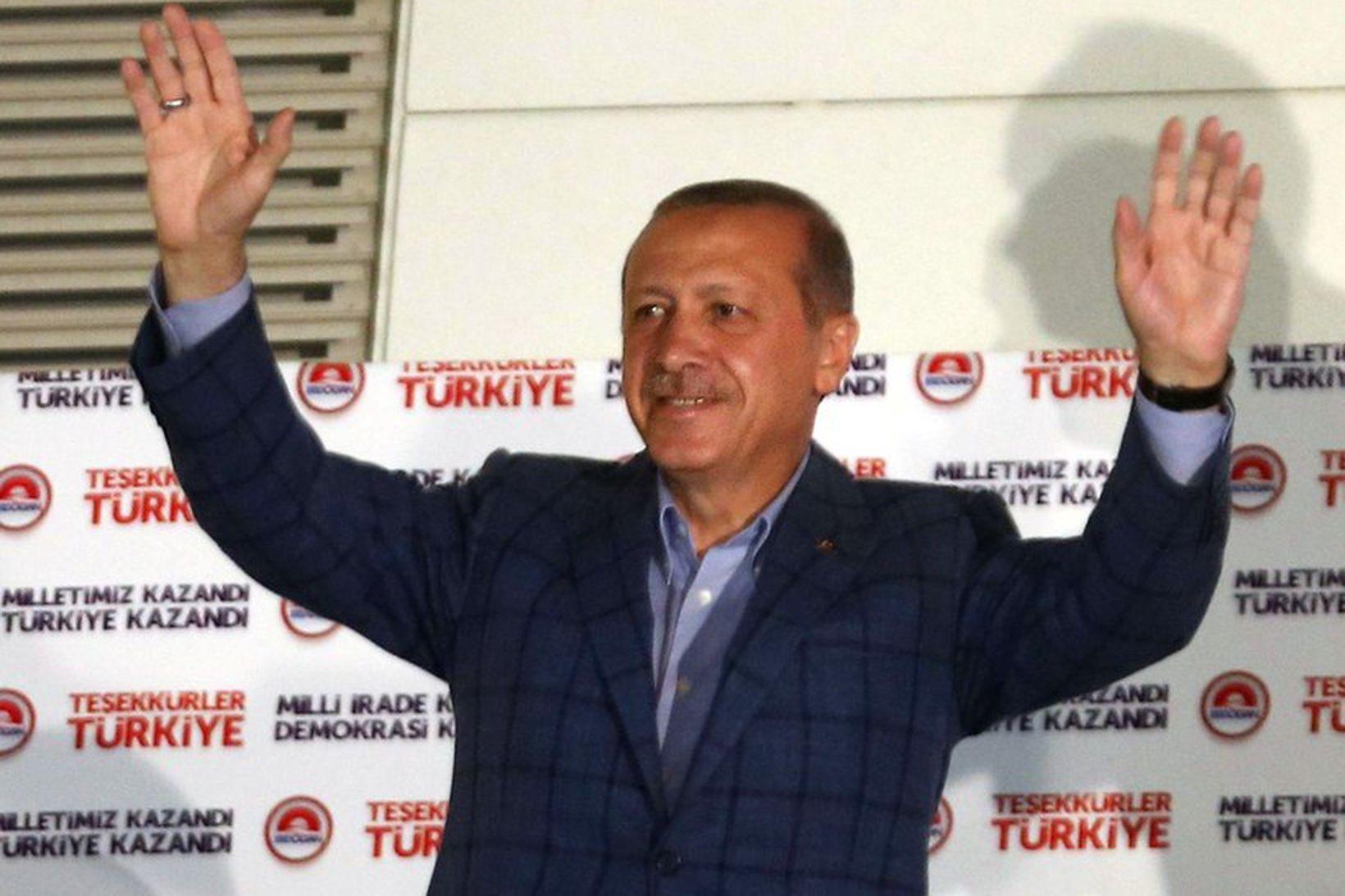 Nýkjörinn forseti Tyrklands, Recep Tayyip Erdoğan, fagnar hér öruggum sigri …