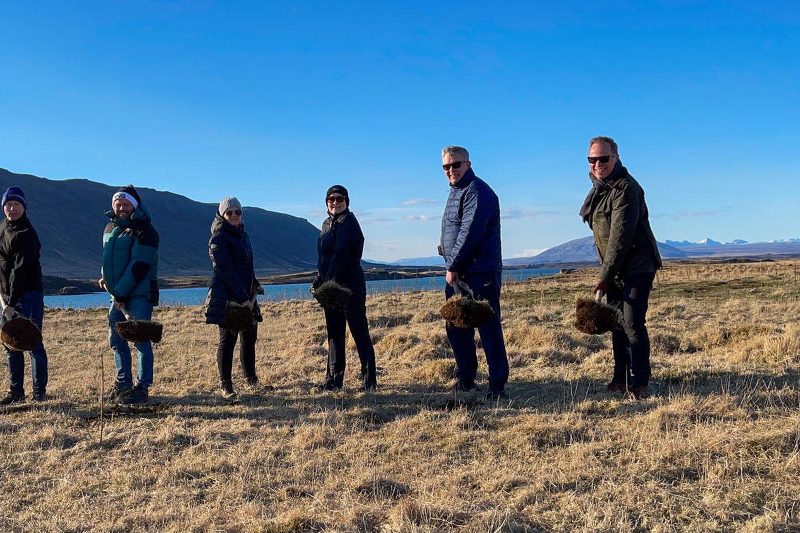 Stjórn golfklúbbsins og Hlynur Geir Hjartarson tóku skóflustunguna.