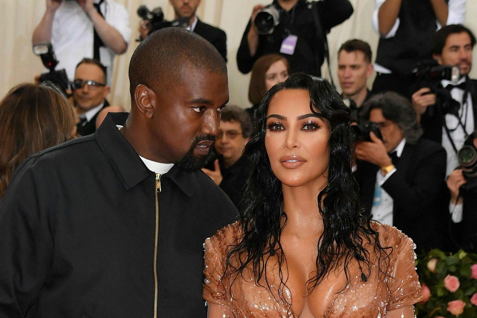 Kanye West og Kim Kardashian eru að skilja.