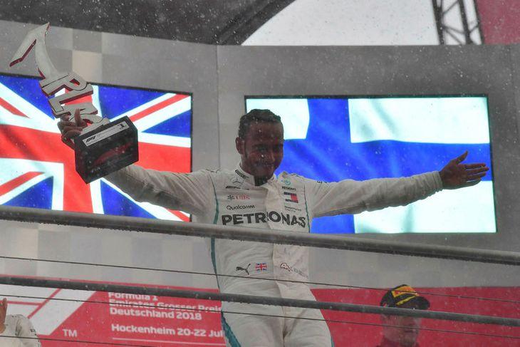 Lewis Hamilton á verðlaunapallinum í Hockenheim.