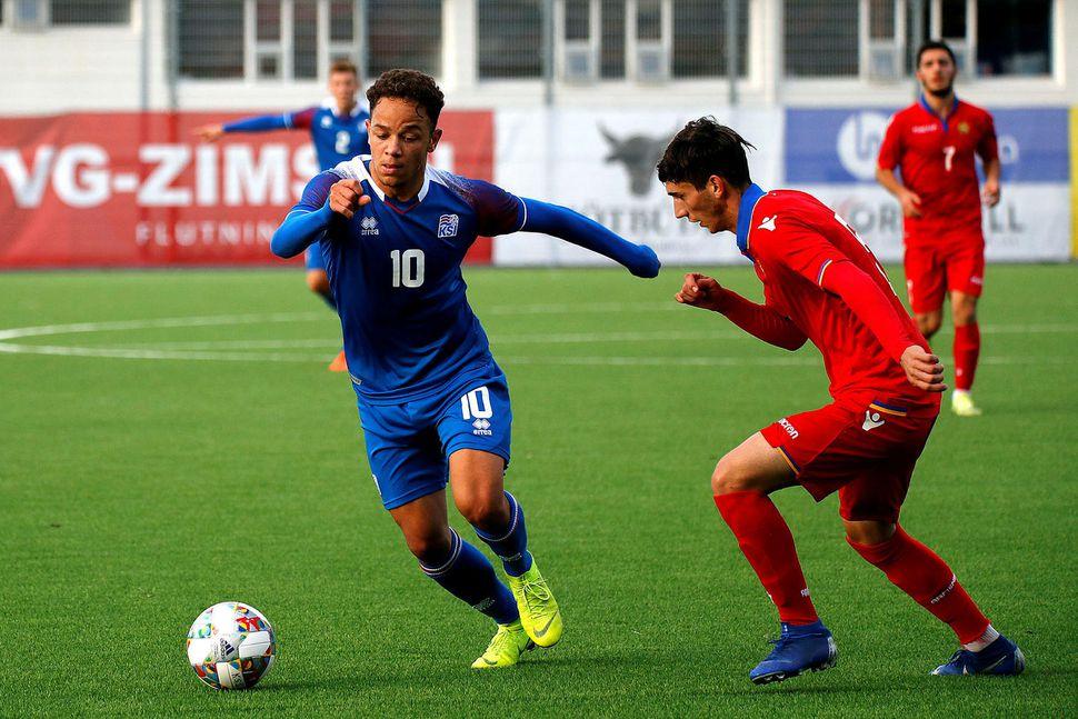 Mikael Anderson á ferði í leik gegn Armenum með U21-landsliðinu.
