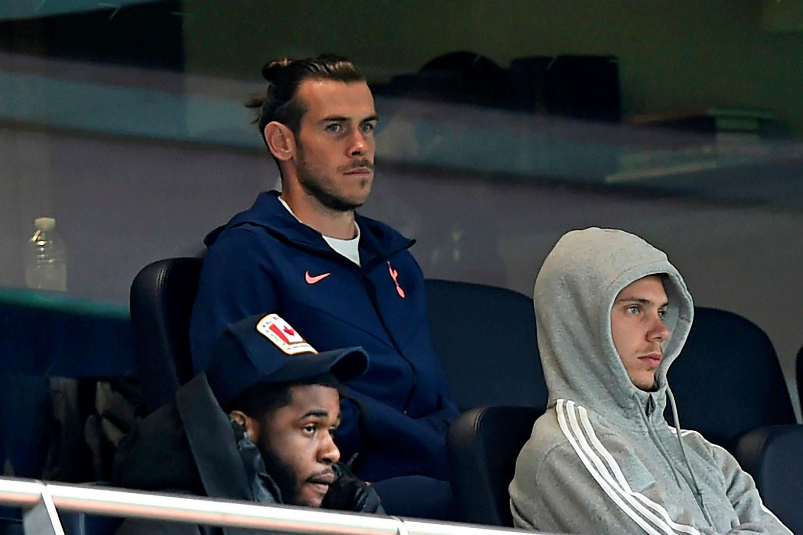 Gareth Bale fylgist með leik Tottenham Hotspur og Newcastle United.