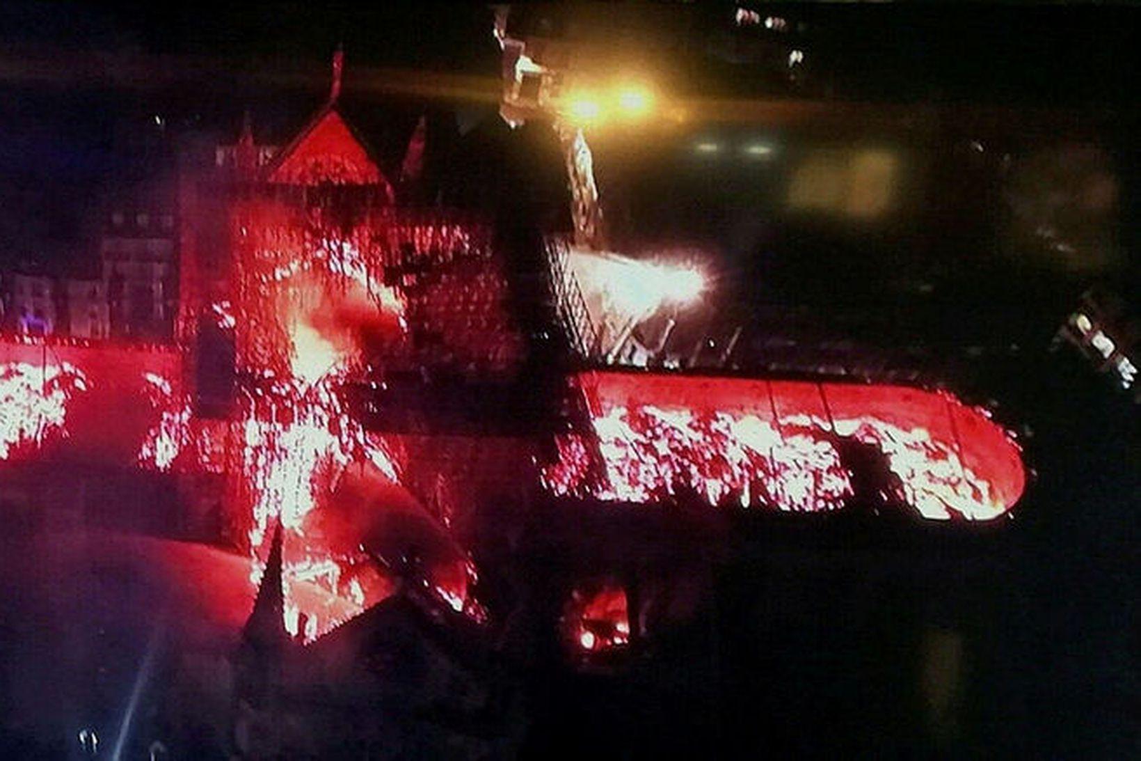 Þessi loftmynd sýnir hversu útbreiddur eldurinn var. Þak Notre Dame …