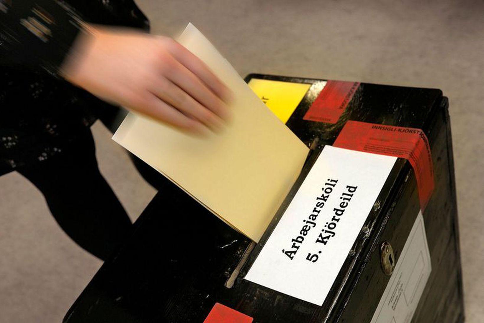Landskjörstjórn fundar í dag um stöðuna.