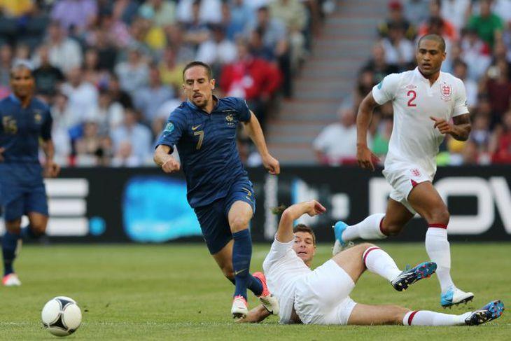 Franck Ribery í baráttunni við Steven Gerrard.