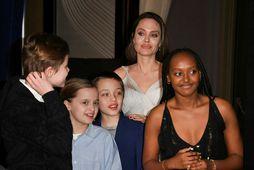 Angelina Jolie með börnum sínum Shiloh Jolie-Pitt, Vivienne Marcheline Jolie-Pitt, Knox Jolie-Pitt og Zahöru Marley ...