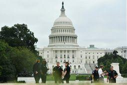 Lögreglumenn fyrir utan þinghúsið í Washington D.C. Myndin var tekin í gær á meðan skipulagningu …