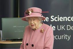 Drottningin grímulaus í fyrstu heimsókn