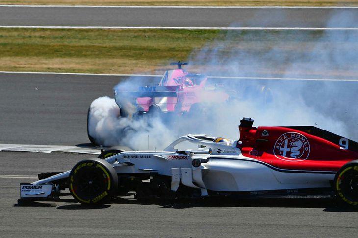 Sergio Perez á Force India (í bakgrunni) snarsnýst út úr brautinni í Silverstone.