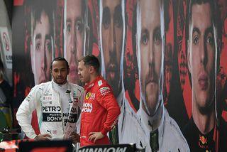 Lewis Hamilton (t.v.) og Sebastian Vettel spjalla rétt eftir lok kínverska kappakstursins í Sjanghæ.