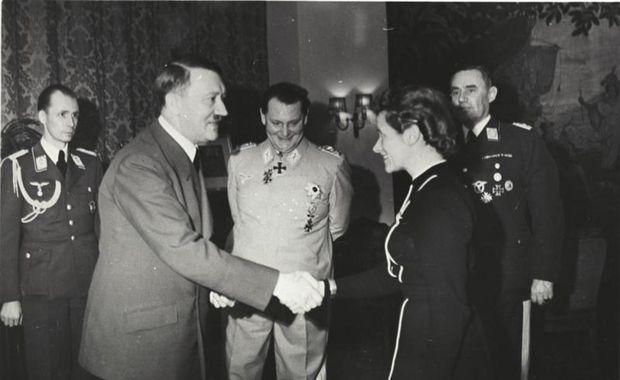 Adolf Hitler og Hanna Reitsch við orðuveitingaathöfn í mars 1941. Var Hanna þá sæmd járnkrossinum …