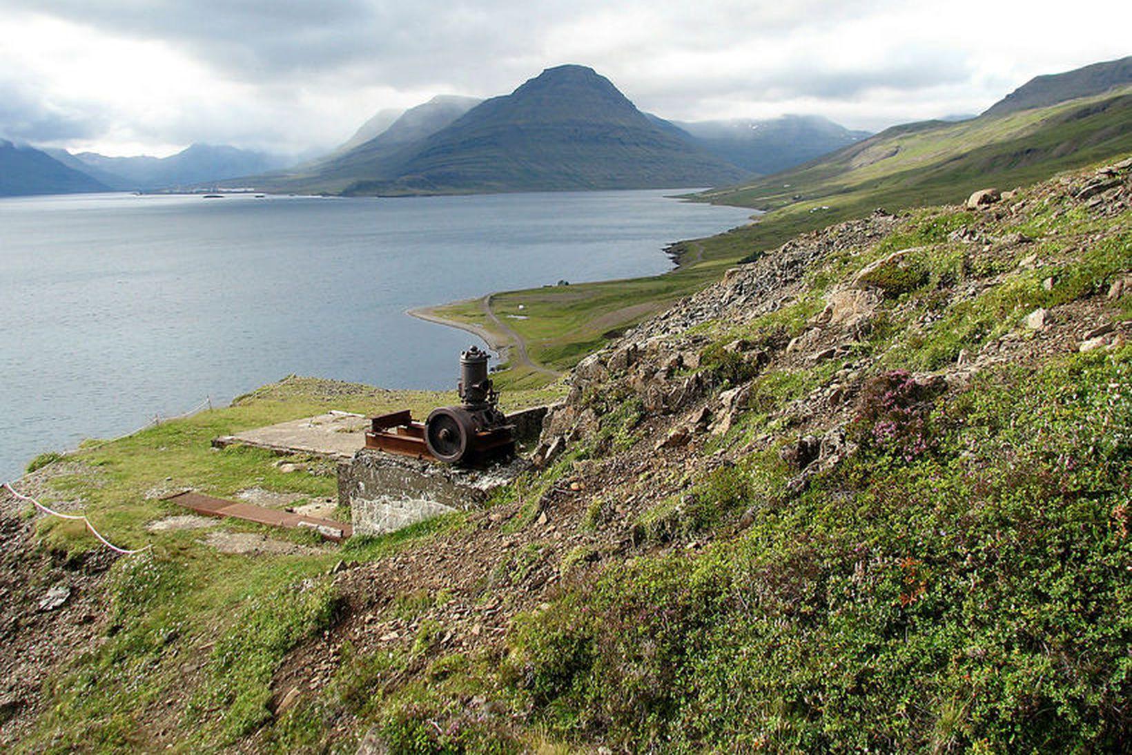 Maðurinn hafði verið í sjálfheldu á klettasyllu í fjallinu.