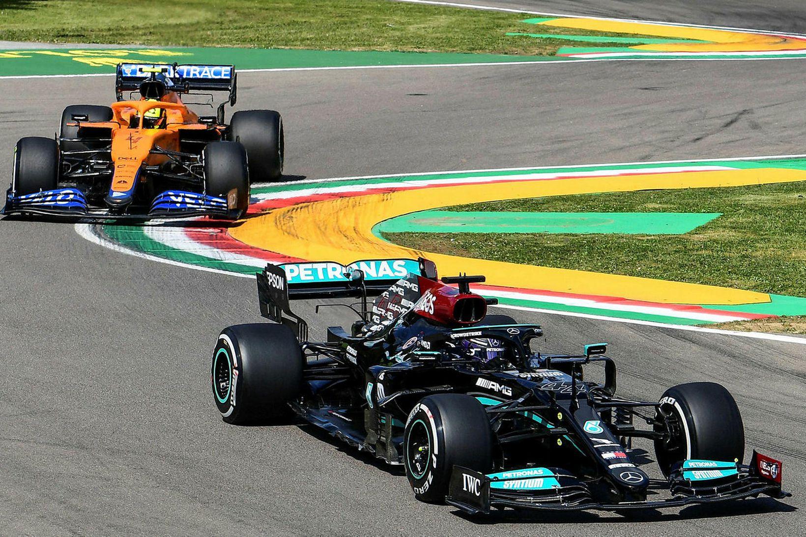 Lewis Hamilton á Mercedes (framar) og Lando Norris á McLaren …