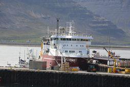 Flutningaskipið í höfn við Bíldudal.