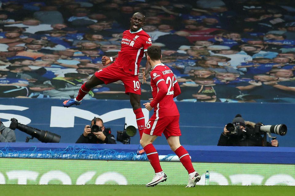 Sadio Mané fagnar marki sínu gegn Everton.