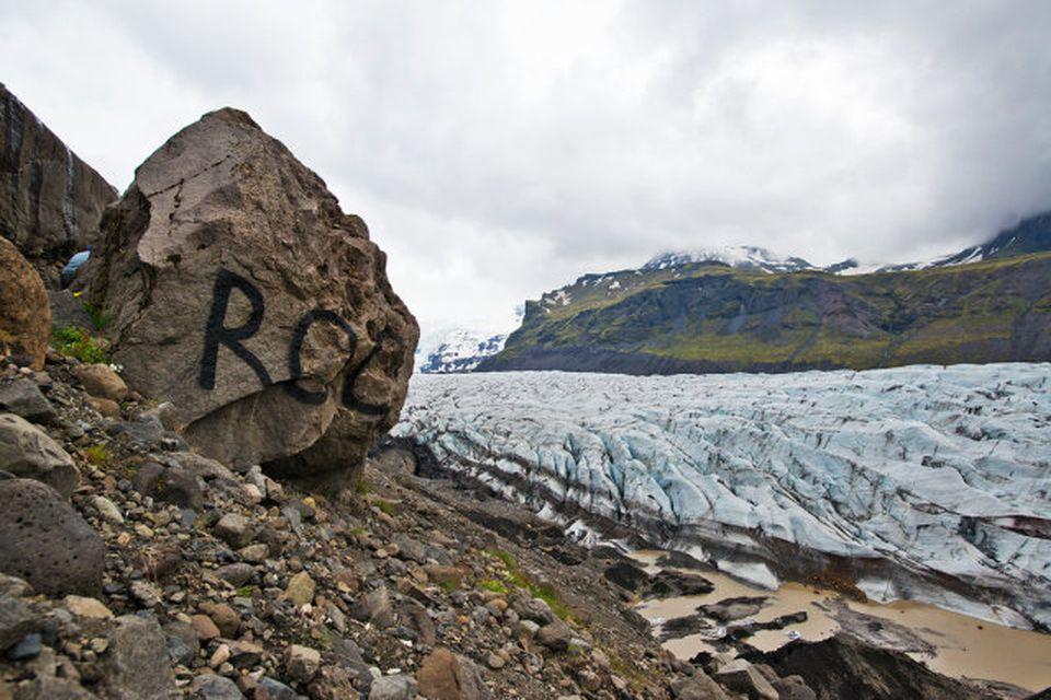 """Búið er að sprauta orðið """"rock"""" á fjögurra metra háan stein við Svínafellsjökul."""