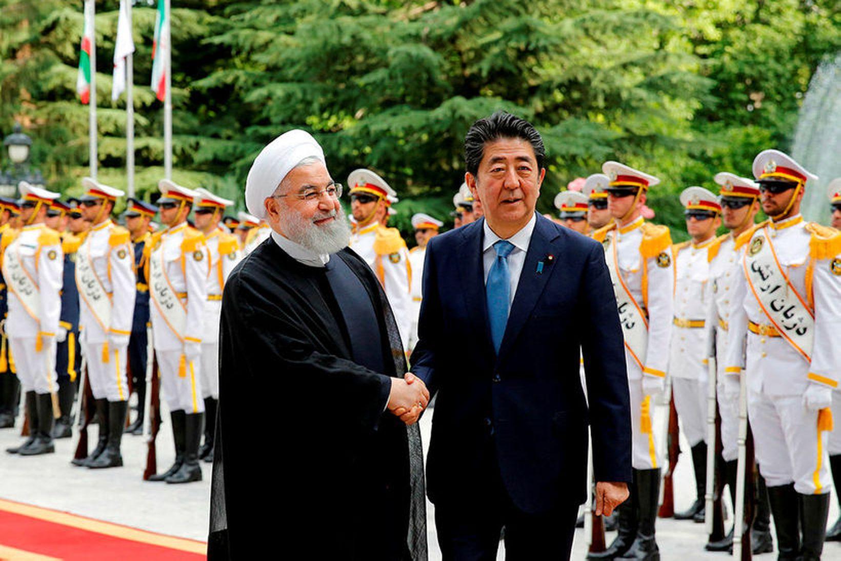Rouhani og Abe heilsast í Tehran fyrr í dag.