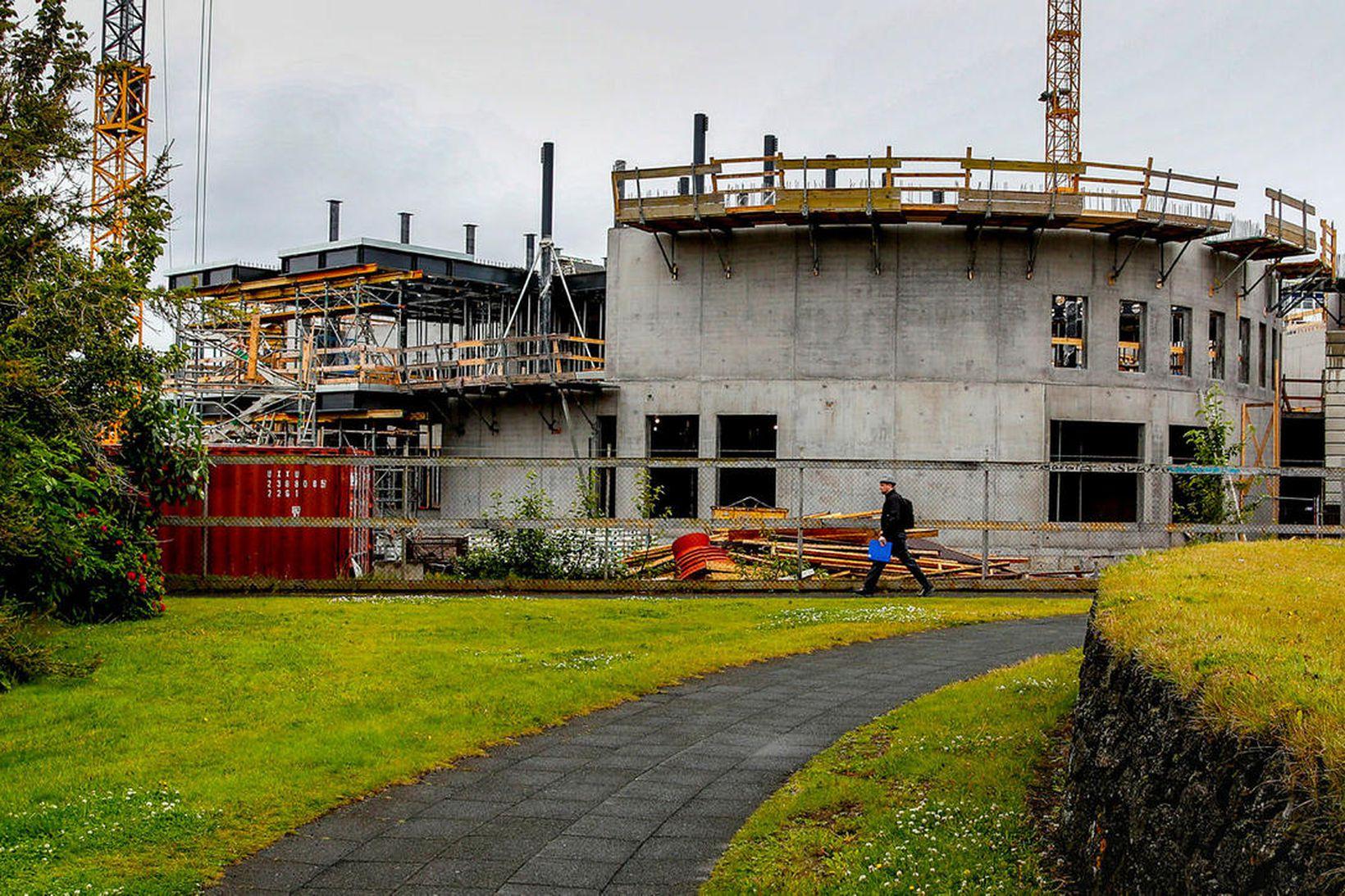 Sporöskjulaga form byggingarinnar er farið að sýna sig.