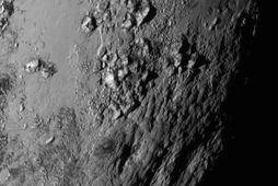 Fyrsta nærmyndin sem New Horizons sendi til jarðar af yfirborði Plútós. Engir gígar eru sjáanlegir …