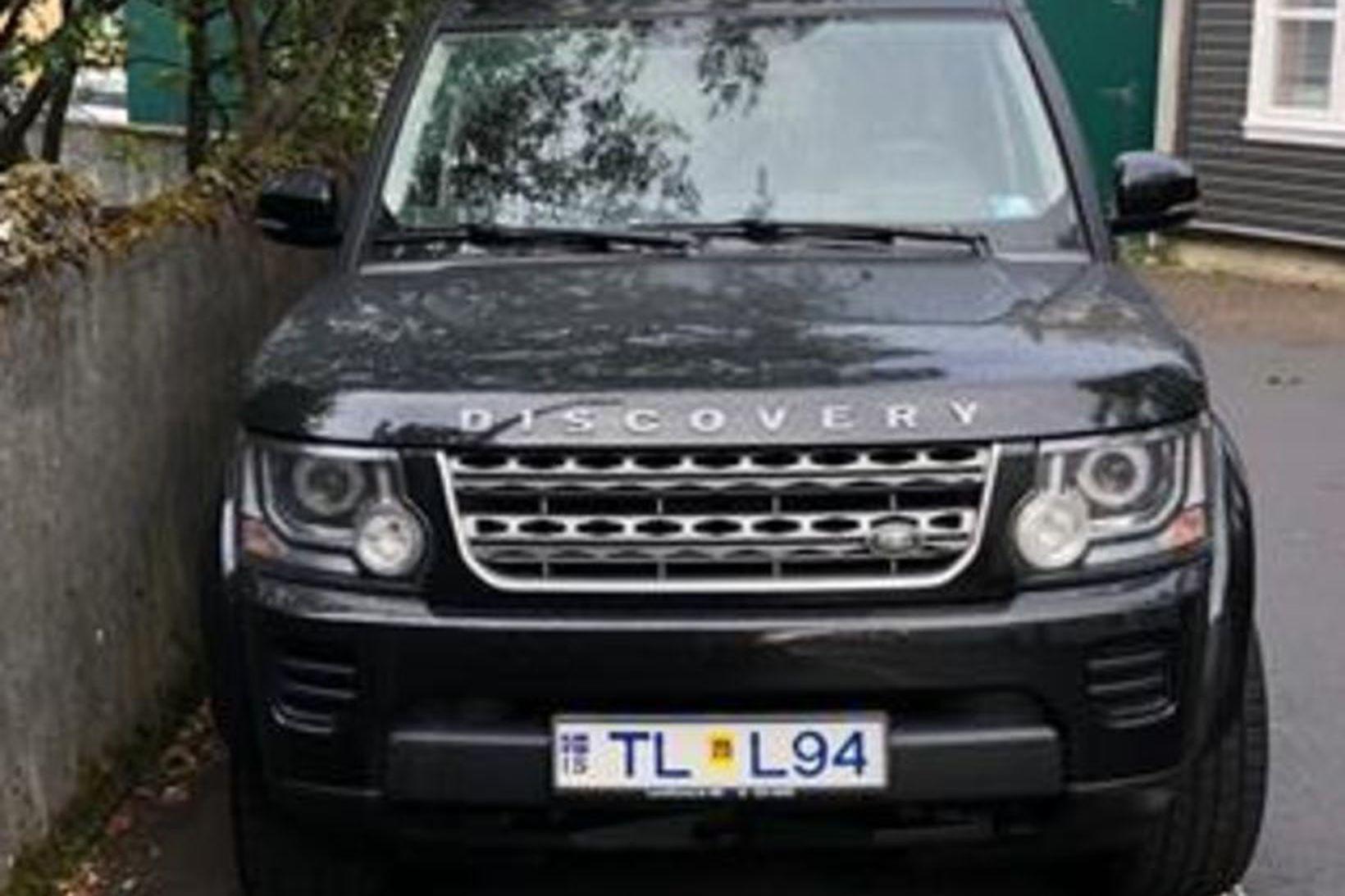 Bifreiðin er af gerðinni Land Rover Discovery.