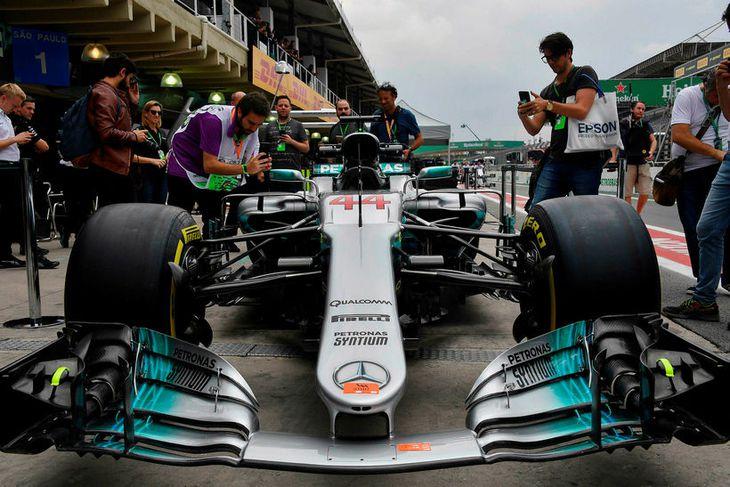 Bíll Lewis Hamilton myndaður í bak og fyrir í bílskúrareininni í Sao Paulo.