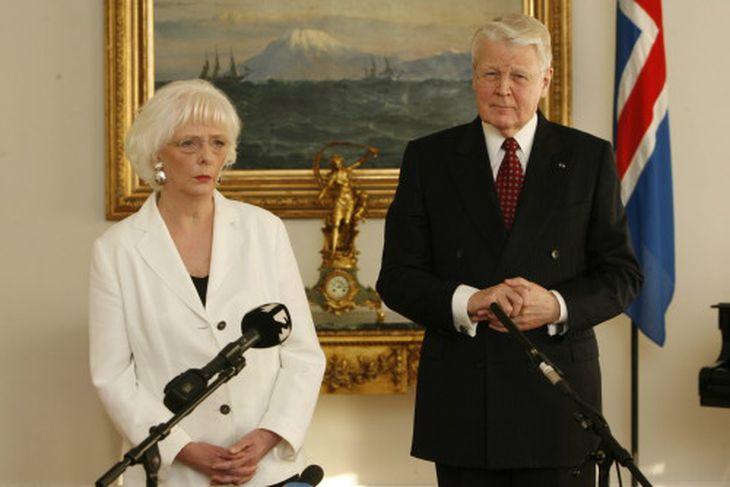 Jóhanna Sigurðardóttir og Ólafur Ragnar Grímsson kynna blaðamönnum niðurstöðu fundar síns.