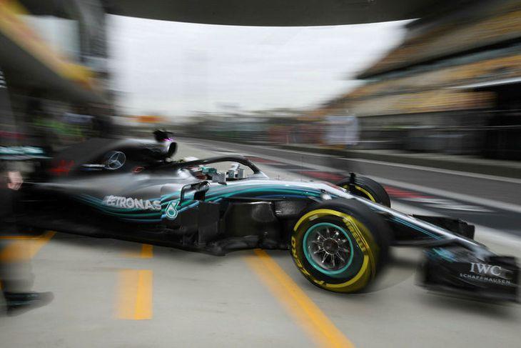 Lewis Hamilton leggur af stað í aksturslotu á fyrstu æfingunni í Sjanghæ í morgun.