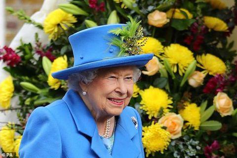 Drottningin er sælkeri mikill og elskar að staupa sig á gini yfir daginn.