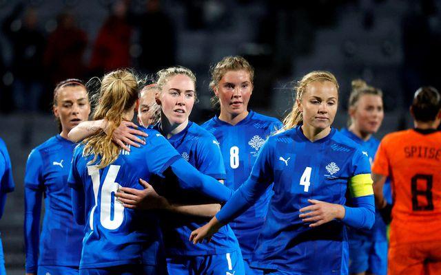 Leikmenn Íslands ganga af velli í gær eftir tapið gegn Hollandi.