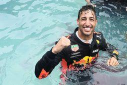 Daniel Ricciardo fagnaði sigrinum í Mónakó meðal annars með því að stökkva út í sundlaug …