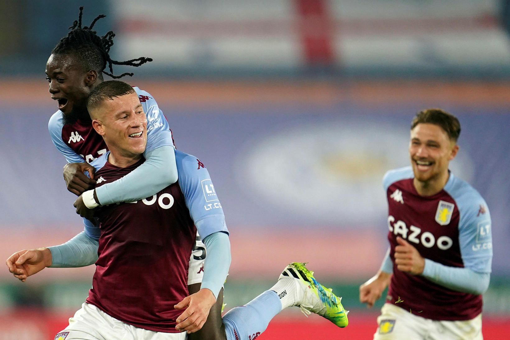 Leikmenn Aston Villa fagna sigurmarkinu.