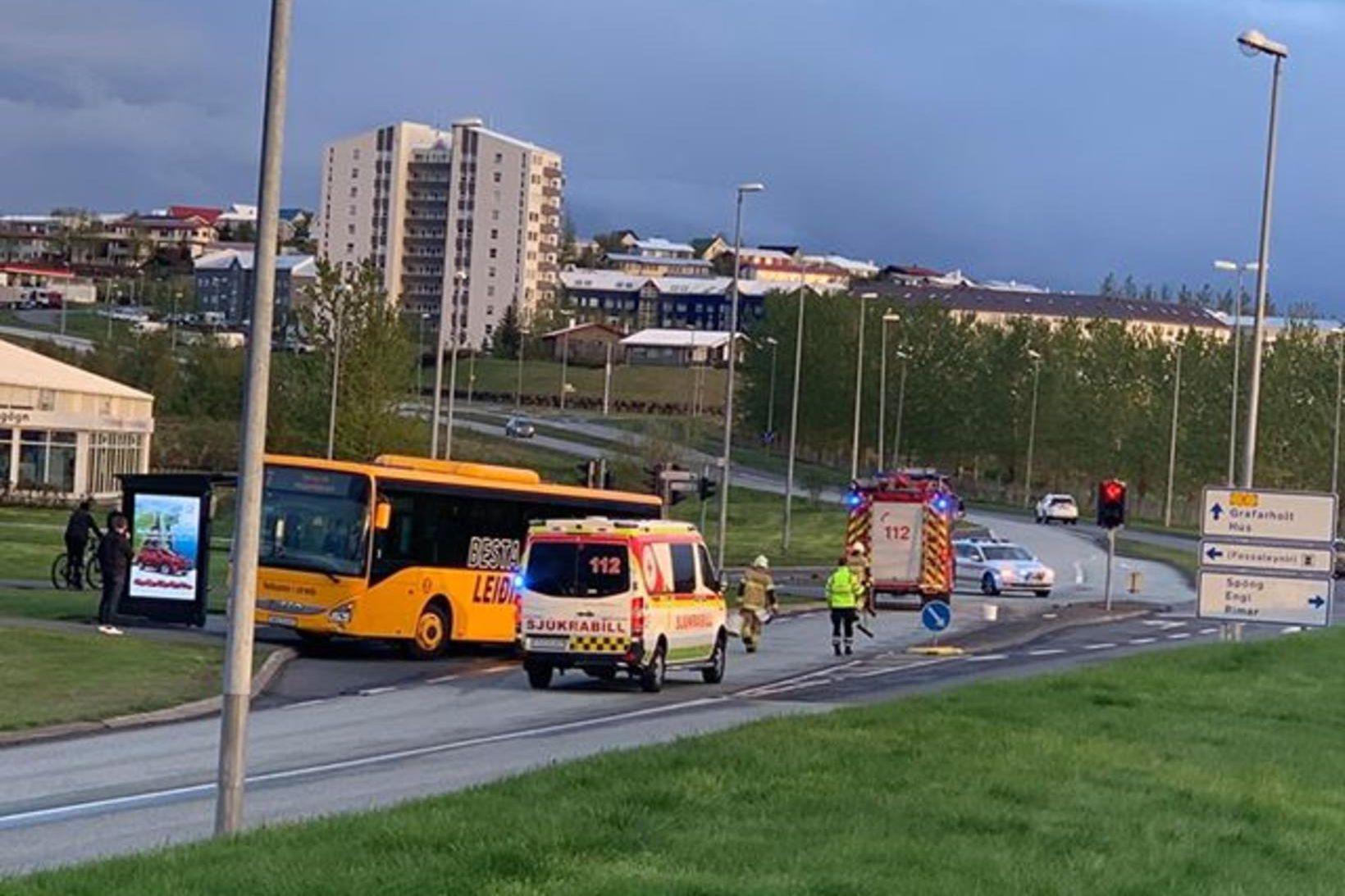 Strætisvagn og fólksbíll lentu saman rétt hjá Egilshöll í kvöld.