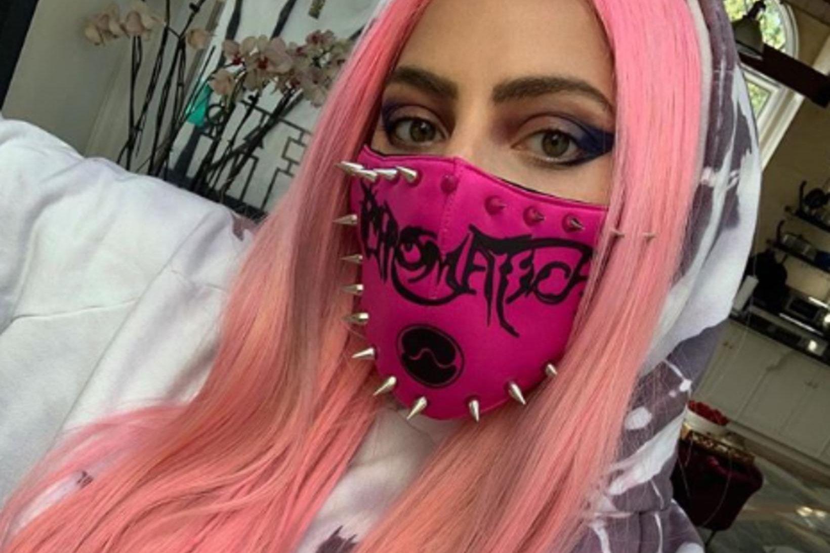 Tónlistarkonan Lady Gaga sést hér með einhvers konar taugrímu.