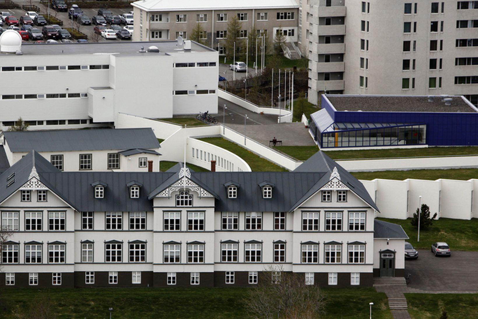 Menntaskólinn á Akureyri, gamla skólahúsið fremst.
