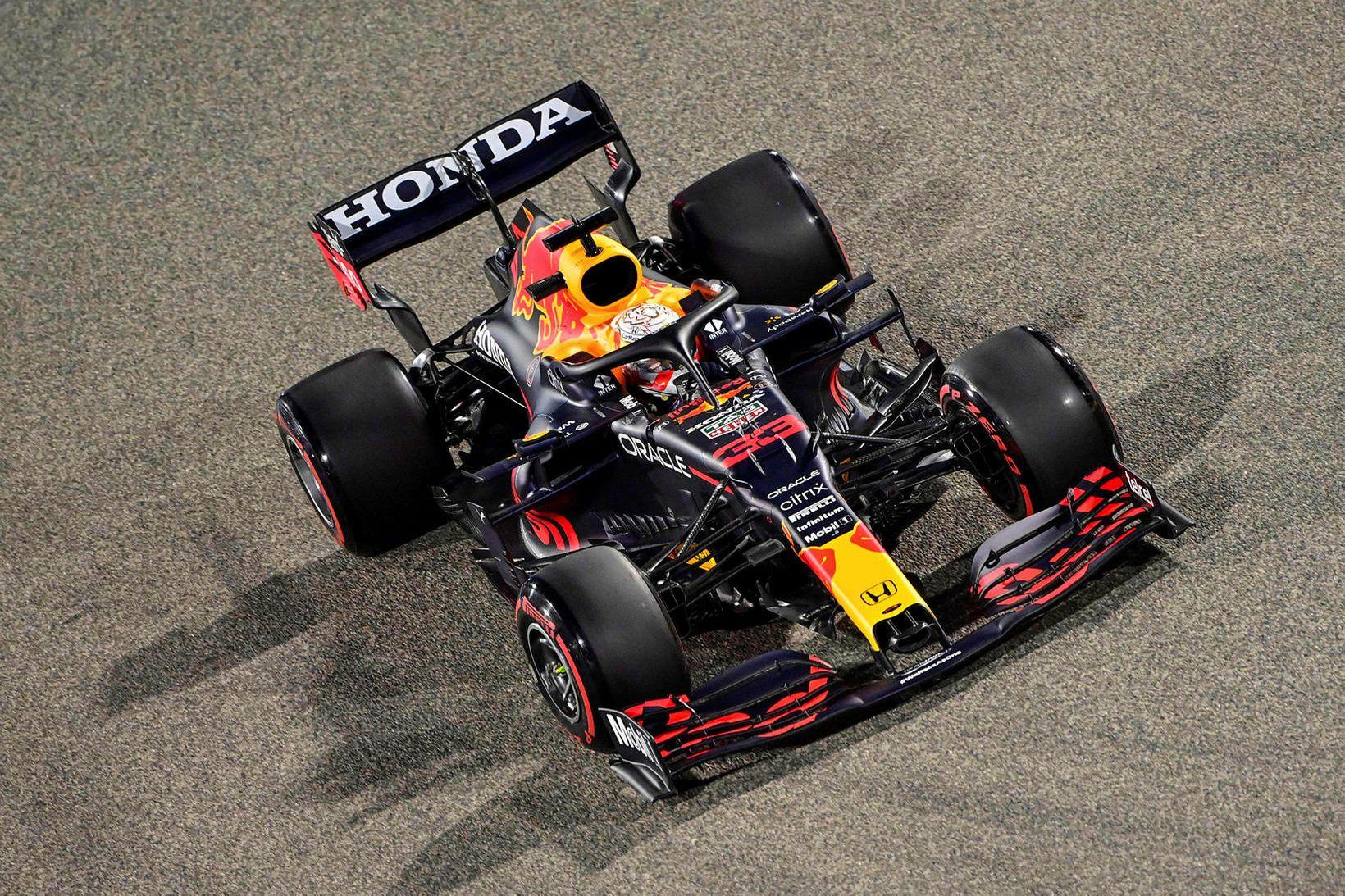 Max Verstappen á ferð í tímatökunni í Barein.