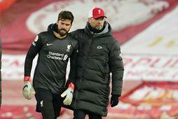 Jürgen Klopp og Alisson markvörður Liverpool eftir leikinn í kvöld.