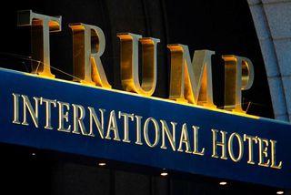 Trump International Hotel stendur við Pennsylvania Avenue, götuna sem liggur á milli Hvíta hússins og ...