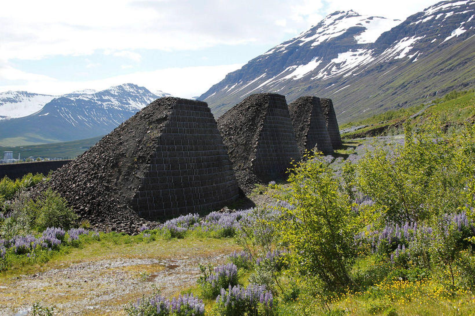 Áfram verður unnið við varnarvirki í Neskaupstað. Garður og keilur …
