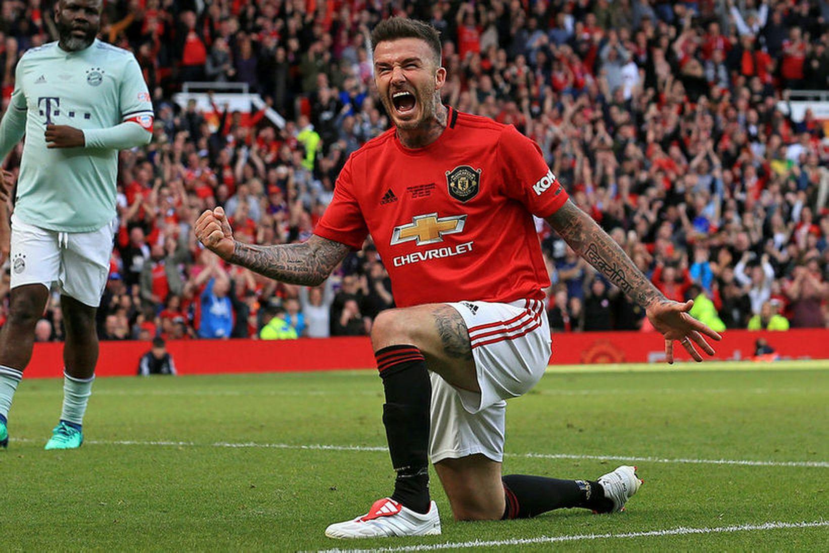 David Beckham fagnar á Old Trafford í dag.