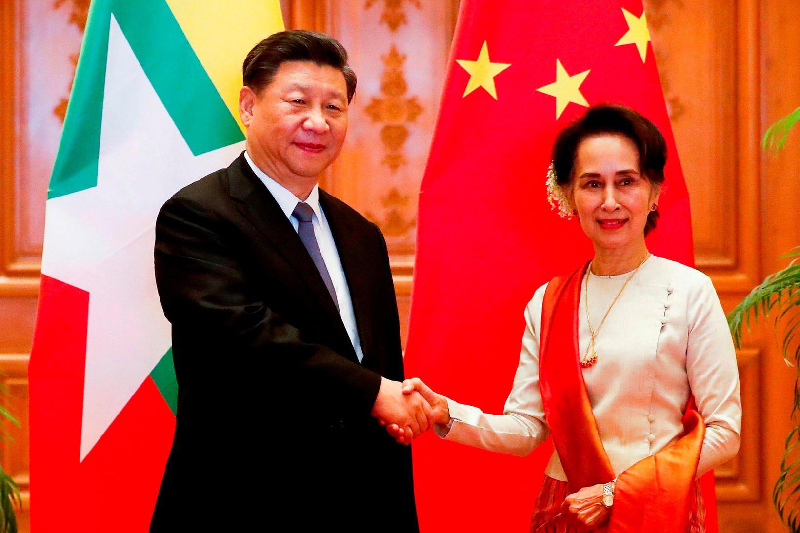 Xi Jinping, forseti Kína, og Aung San Suu Kyi heilsast …