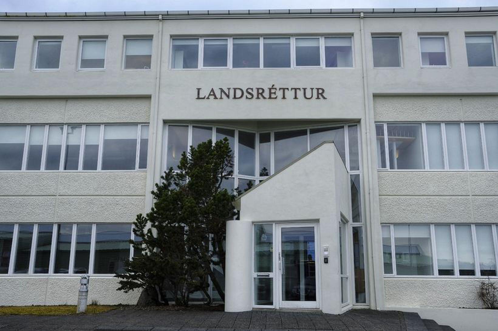 Lögregla telur að maðurinn geti torveldar rannsókn málsins gangi hann …